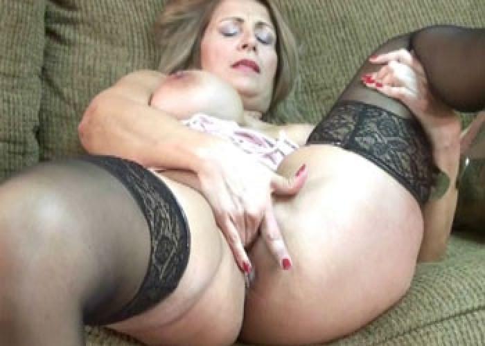 Mature slut sandie plays with her pussy videos