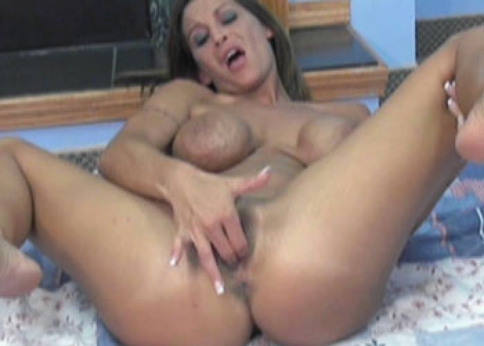 Milf makes herself cum